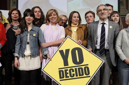Elena Valenciano y Gaspar Llamazares, entre algunos de los participantes de la campaña de Decidir nos hace libres. / Kote Rodrigo (Efe)