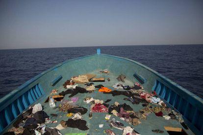 Pertenencias dejadas por los migrantes en el suelo de una de las pateras que huía de Libia.