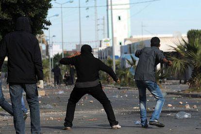 Manifestantes tunecinos se enfrentan ayer a la policía en la ciudad de Regueb.