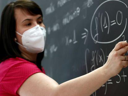 Una profesora imparte una clase de matemáticas en el IES Simone Veil de Paracuellos del Jarama, Madrid, a finales de junio.