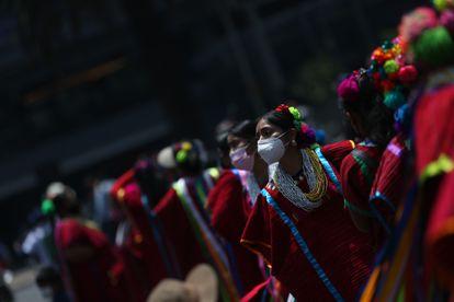 Un grupo de mujeres baila durante una marcha para conmemorar el Día Internacional de los Pueblos Indígenas, este martes en Ciudad de México.
