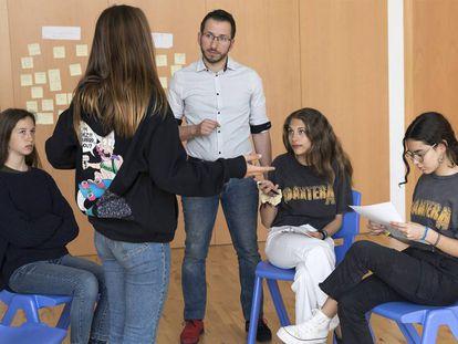 Vicent Ginés, especialista en mediación, durante unas prácticas con alumnas del centro educativo valenciano La Gavina.