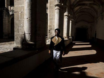 El actor Joaquín Chablé caracterizado como Vicente Guerrero camina por el convento de Cuilápam el día 14 de febrero de 2021.