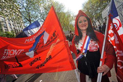 Una manifestante disfrazada de Marianne en la marcha este domingo.