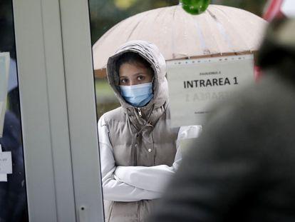 Una joven espera en el exterior del Instituto de Neumología Marius Nasta de Bucarest el viernes.