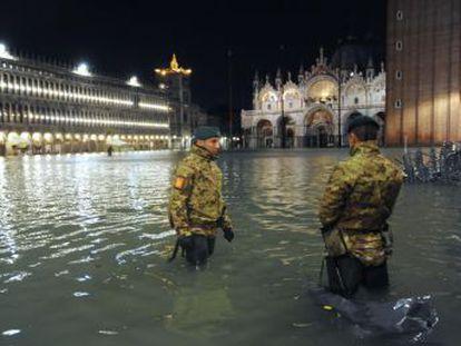 El  acqua alta  alcanza los 187 centímetros durante la noche del martes y anega el vestíbulo de la basílica de San Marcos