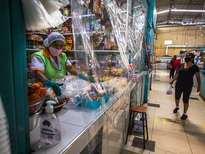 Mujer en un puesto del mercado García Naranjo en Lima, Perú.