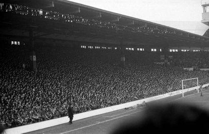 The Kop, Anfield, en 1983, antes de su reforma.