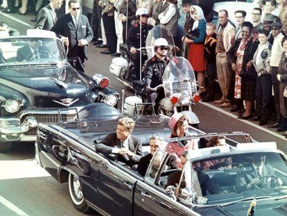Imagen del presidente John Fitzgerald Kennedy segundos antes de ser asesinado en Dallas el 22 de noviembre de 1963.