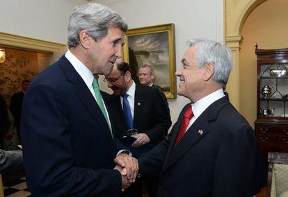 El presidente de Chile, Sebastian Piñera, habla con el secretario de Estado de EE UU, John Kerry.