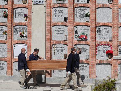 Entierro de un fallecido en el cementerio de la Almudena en Madrid, el pasado sábado. EFE/JuanJo Martín