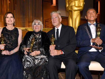 De izquierda a derecha, Geena Davis, Lina Wertmuller, David Lynch y Wes Studi, tras recibir los Oscar honoríficos.