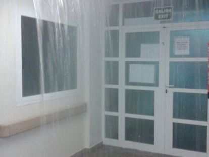 El agua inunda un pasillo del hospital General de Alicante.