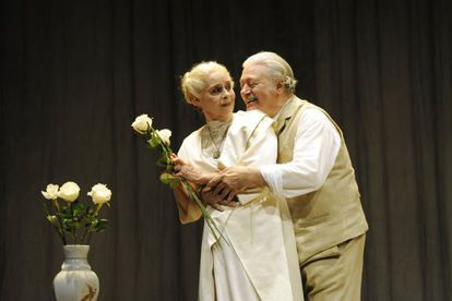 Vicky Peña y Mario Gas, en una escena de 'El largo viaje del día hacia la noche'.