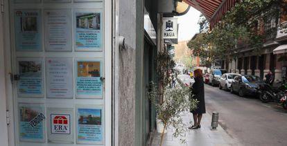 Escaparate de una agencia inmobiliaria en Madrid.