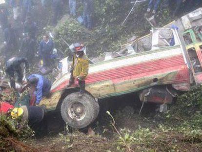 Bomberos y voluntarios retiran los cadáveres entre los restos un vehículo siniestrado en Guatemala