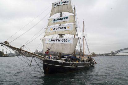 Un barco de la organización Rise for Climate pide acción contra la influencia humana en el cambio climático.