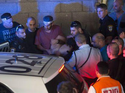 La policía detiene a Raed Jalil Ben Mahmud, este jueves en Tel Aviv.