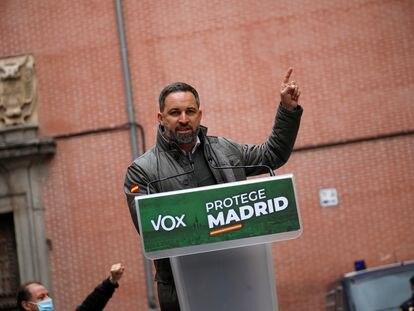 El líder de Vox, Santiago Abascal, durante un acto electoral celebrado este viernes en el distrito madrileño de La Latina.
