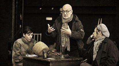 Gerardo Vera dirige a Malena Alterio (izquierda) y Mercè Aranega en un ensayo de <i>Madre Coraje. </i>