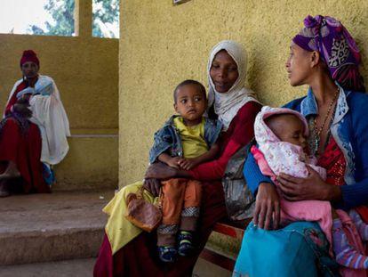 Madres e hijos en el Hospital Rural de Gambo, aislado entre bosques a 245 kilómetros al sureste de Addis Abeba (capital de Etiopía).