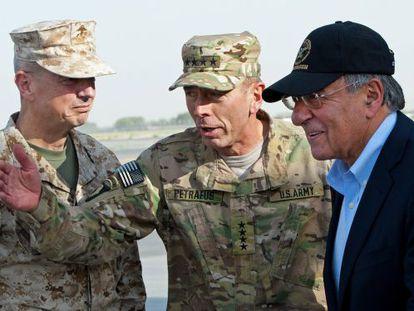 De izquierda a derecha, Allen, Petraeus y Panetta en Kabul en julio de 2011.