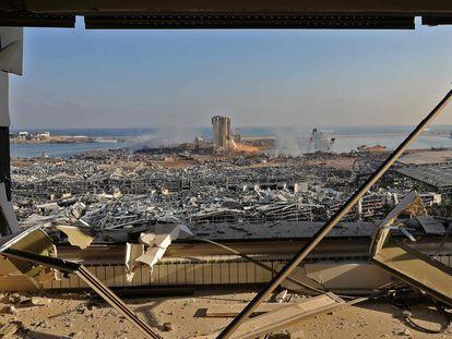 Imagen del puerto de Beirut tras la explosión, este miércoles.