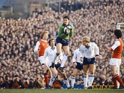 El portero del Tottenham Milija Aleksic atrapa un balón ante el Arsenal en Highbury en el 'Boxing Day' de 1979.