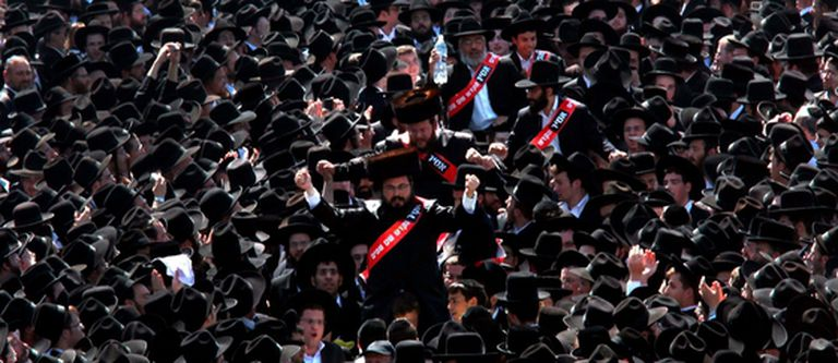 Los judíos radicales protestas contra la orden judicial que prevé que alumnas de origen europeo y árabe compartan clase