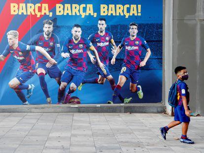 Un niño con el equipaje del Barcelona camina este pasado miércoles por las inmediaciones del Camp Nou.