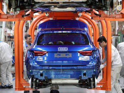 Trabadores en la planta de ensamblaje de FAW-Volkswagen en Tianjin, China.