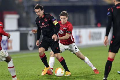 Oyarzabal protege el balón ante Jonas Svensson, este jueves en el partido de Liga Europa entre la Real y el AZ Alkmaar.