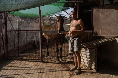Al final de la Acera del Negrete, recorrida en las rutas Explora, se encuentra el establo de Montse y su marido (en la imagen), donde tienen cabras y un caballo.