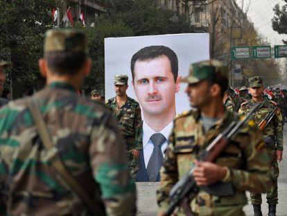 Desfile militar en Alepo con una imagen del presidente sirio, Bachar el Asad.