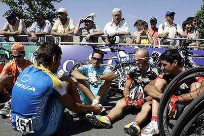Los ciclistas, ayer durante el plante en el Campeonato de España.