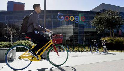 Un hombre pasea en bicicleta ante el Google Campus en Silicon Valley, San Francisco (EE UU).