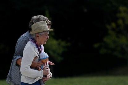 Una mujer de 87 años con alzhéimer camina acompañada en una residencia de afectados en Dax (Francia).