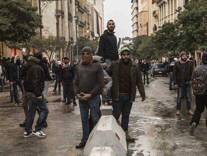 Manifestantes este sábado en las calles de Beirut.
