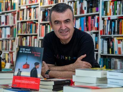 El escritor Lorenzo Silva, en la librería Rafael Alberti, en la calle de Tutor de Madrid.