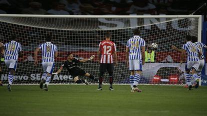 Oyarzabal en el lanzamiento de penalti que supuso el gol de la victoria para la Real.