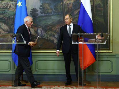 El alto representante para Política Exterior y Seguridad, Josep Borrell (izquierda), y el ministro de Exteriores ruso, Serguéi Lavrov, el viernes en una rueda de prensa en Moscú.
