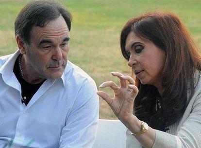 Oliver Stone y la presidenta argentina, Crisna Fernández, durante la entrevista que mantuvieron durante la visita del director estadounidense a Argentina