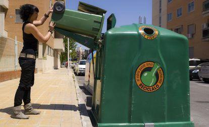 Iglú verde con sistema hidráulico para ayudar a vaciar los cubos.