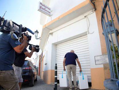 Un inspector de la Junta ante la puerta de la fábrica Sabores de Paterna.