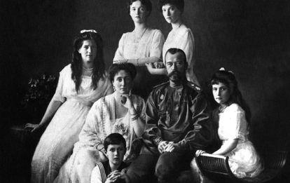 Los Romanov, en 1913. En el centro, Nicolás II y su esposa, Alejandra.