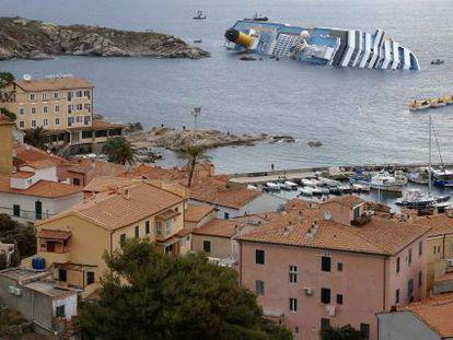 Vista del crucero 'Costa Concordia' semihundido desde la Isla de Giglio.