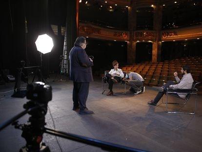 Un momento del rodaje de la charla entre Elvira Lindo y Renato Cisneros, con Jesús Ruiz Mantilla.