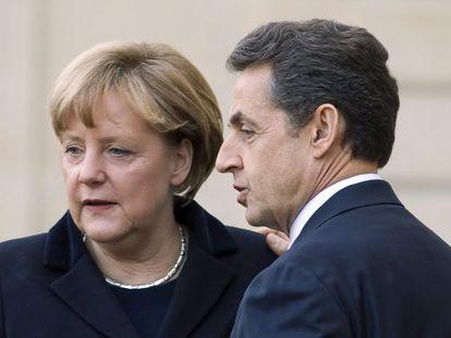 El presidente francés, Nicolas Sarkozy (d), y la  canciller alemana, Angela Merkel (i), tras reunirse en París el pasado día 5.