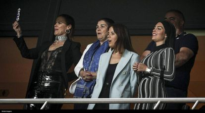 Georgina Rodríguez, a la derecha, junto a la familia de Cristiano Ronaldo, en Lisboa, el pasado domingo.