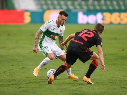 Josan encara a Ahien Muñoz, en el debut del Elche en Primera.